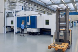 <p><em>Driverless transport units from Jungheinrich deliver europallets of materials to various machine tools in TRUMPF's smart factory. (Source: TRUMPF).</em></p> (photo: )