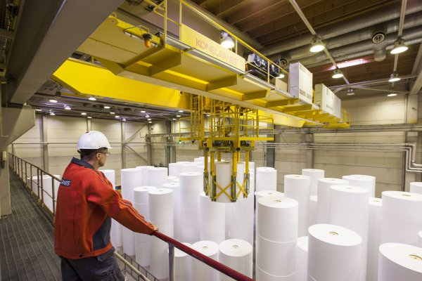 Konecranes offers specialized service for the pulp and paper industry that helps to improve safety and decrease the cost of downtime. © Konecranes