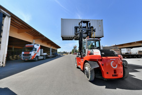 <p><strong>[Photo 4]</strong> Compact power pack: The heavy-duty forklift, SMV 10-1200 C from Konecranes Lifttrucks, transports containers up to 10 tons for Pletschacher – and is 25 cm shorter than normal with its 3 m wheelbase.</p>