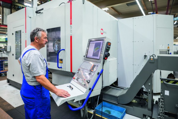 the operator Günter Schulz in front of the Hermle C 22 UP 5-axis machining center in the tool and mold construction division of WMF Group GmbH