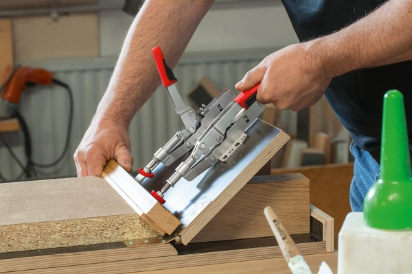 <p>BESSEY push/pull clamp STC-IHH in use. ©BESSEY Tool GmbH &amp; Co. KG</p>