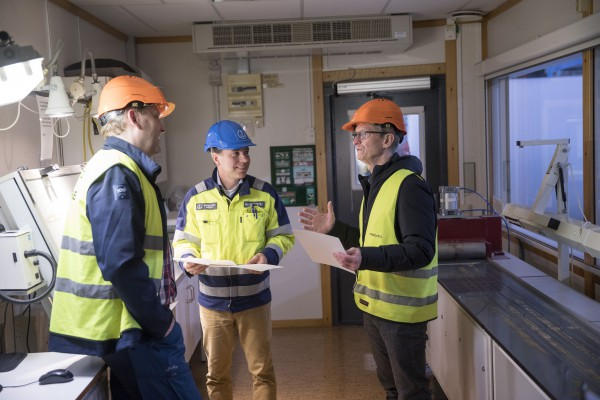 <p>Iggesund Paperboard's Johan Granås and Christian Wisén explaining quality requirements to Apple CEO Tim Cook when he visited Iggesund. © Iggesund</p>
